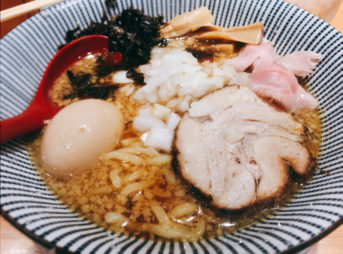 焼きあご塩らー麺 たかはし上野店 玉子入り背脂醤油らー麺(920円)